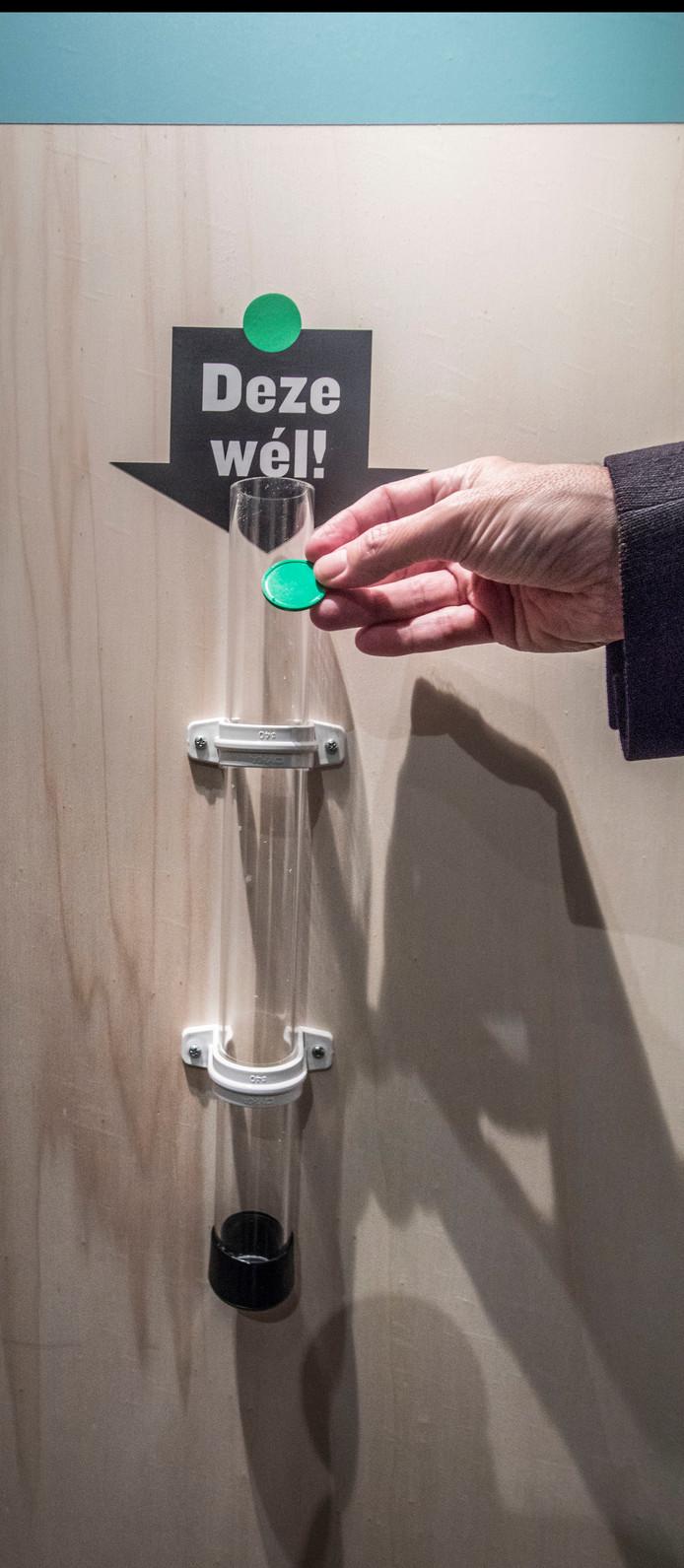 Met muntjes kunnen bezoekers aangeven welke projecten zij wel graag in Den Haag hadden gezien.