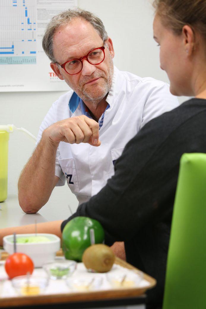 Allergoloog Theo Roovers verricht onderzoek bij een patiënt.