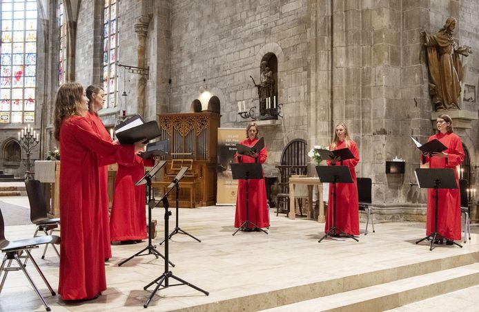 Concert van Wishful Singing in de Plechelmusbasiliek.