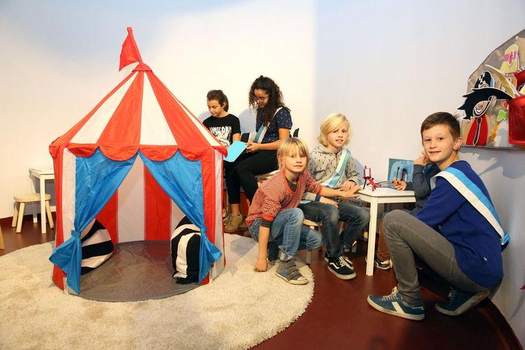 Kinderburgemeester Remy Brosens (rechts) en andere kinderen testen de kinderhoek meteen uit.