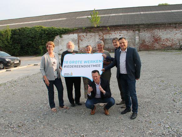 Burgemeester Kurt Windels en zijn schepenen op de site van voormalige wasserij Reinwas, waar ze het Huis van de Vrije Tijd willen bouwen.
