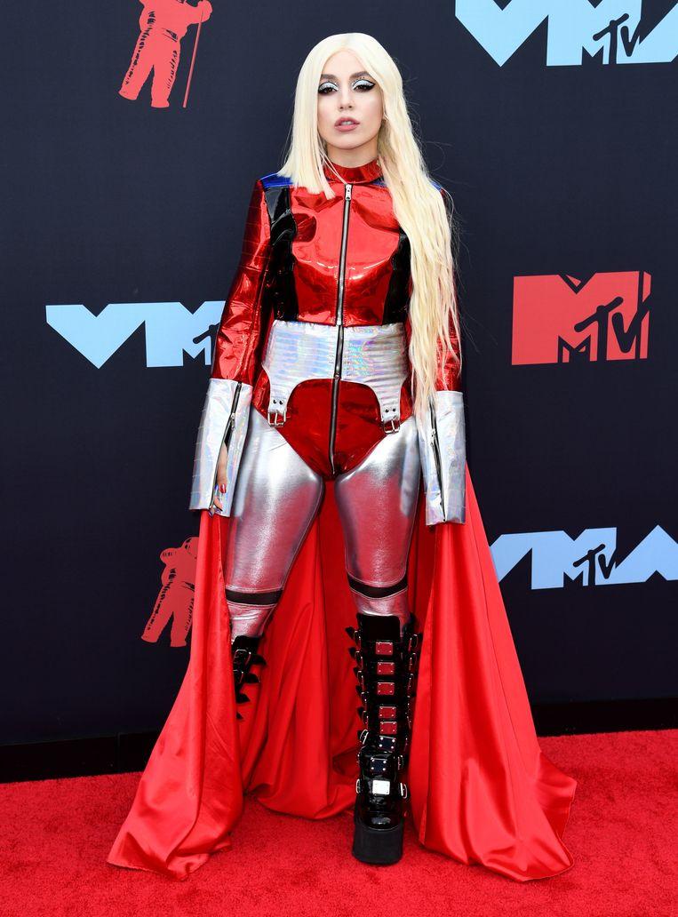 De muziek van 'Sweet but Psycho' -zangers Ava Max doet ons niet alleen wat aan Lady Gaga denken, ook haar outfit had serieuze Gaga-vibes.