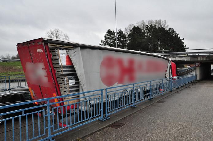 Vrachtwagen rijdt zich weer vast onder brug in Waalwijk.