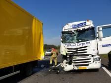 3 vrachtwagens botsen op elkaar op A35 bij Hengelo