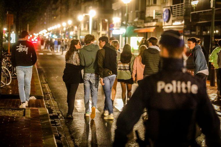 Politie was aanwezig om de  jongeren na sluitingstijd weg te krijgen van het Alfred Verweeplein in Knokke. Beeld Benny Proot