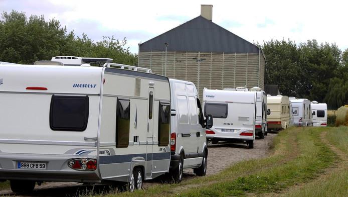 Des Roms évacuent un champs près de Dour, à la frontière française.
