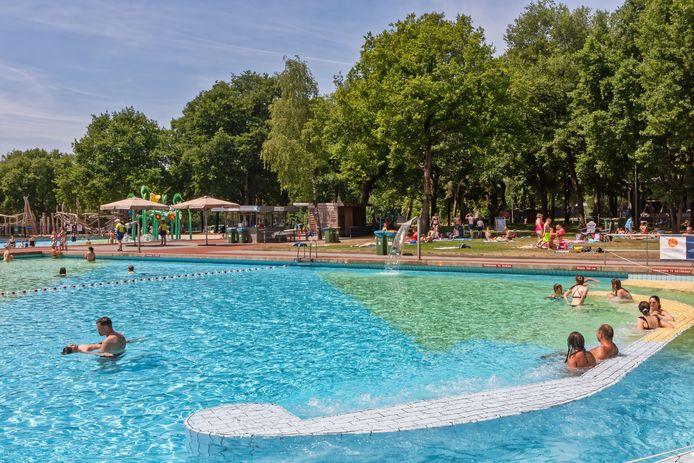 Sinds afgelopen maandag zijn de buitenbaden bij recreatieoord De Warande weer open. Op dinsdagmiddag is het niet druk, maar het is dan ook nog geen vakantie.