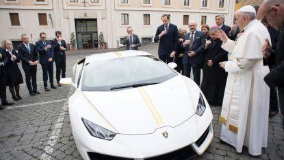 Lamborghini van paus Franciscus brengt 715.000 euro op voor goede doelen