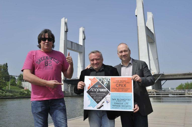 Ronny De Mulder, Didier Cortois en schepen Johan Serkeyn met de affiche van het stadsfestival Stage 1800.