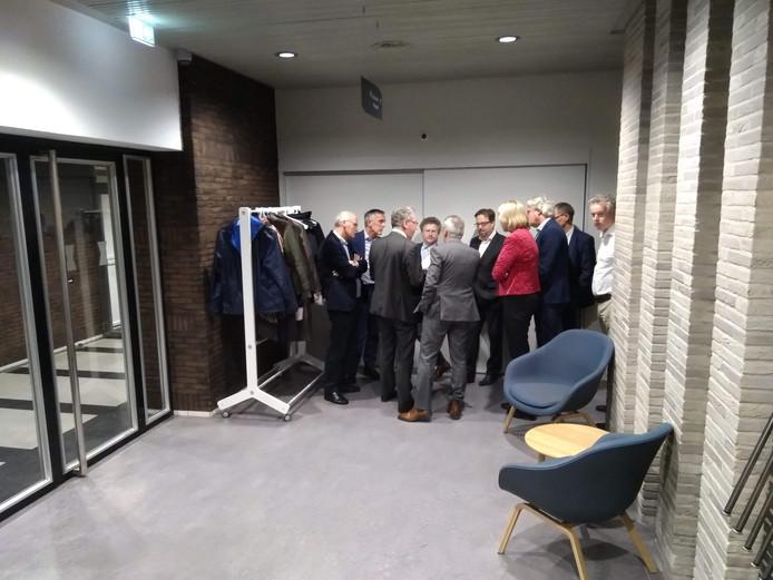 Overleg in de wandelgangen van het provinciehuis: Gelderse gedeputeerden en initiatiefnemers van OnePlanet bespreken alle vragen die gesteld zijn.