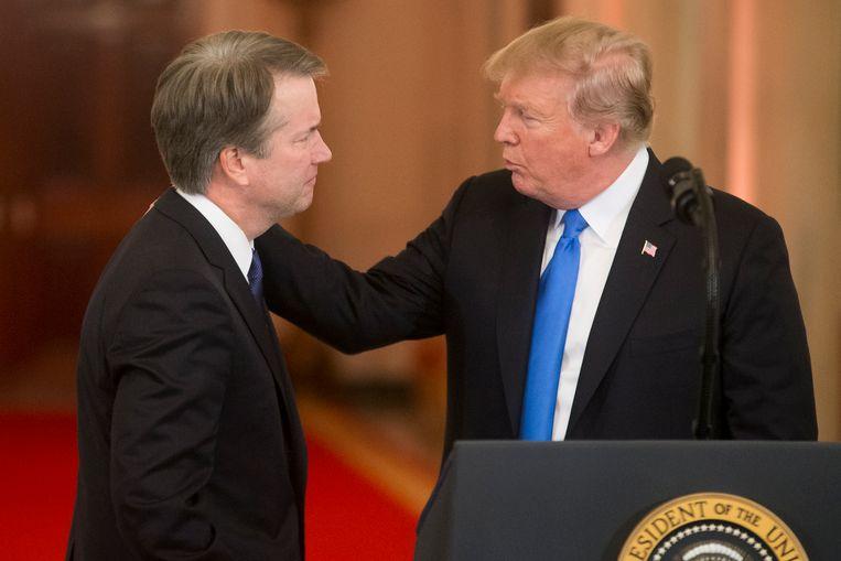 President Donald Trump geeft rechter Brett Kavanaugh een schouderklopje bij zijn nominatie.