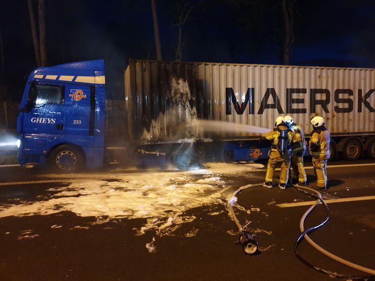 De vrachtwagen vloog in brand door vermoedelijk een klapband.