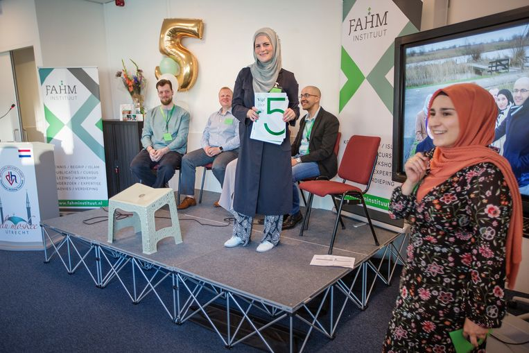 Staand op het podium: Anne Dijk, zittend rechts van haar: Kamel Essabane. Beeld Jörgen Caris