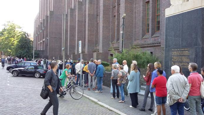 Een lange rij bij de Inktpot aan het Moreelsepark.