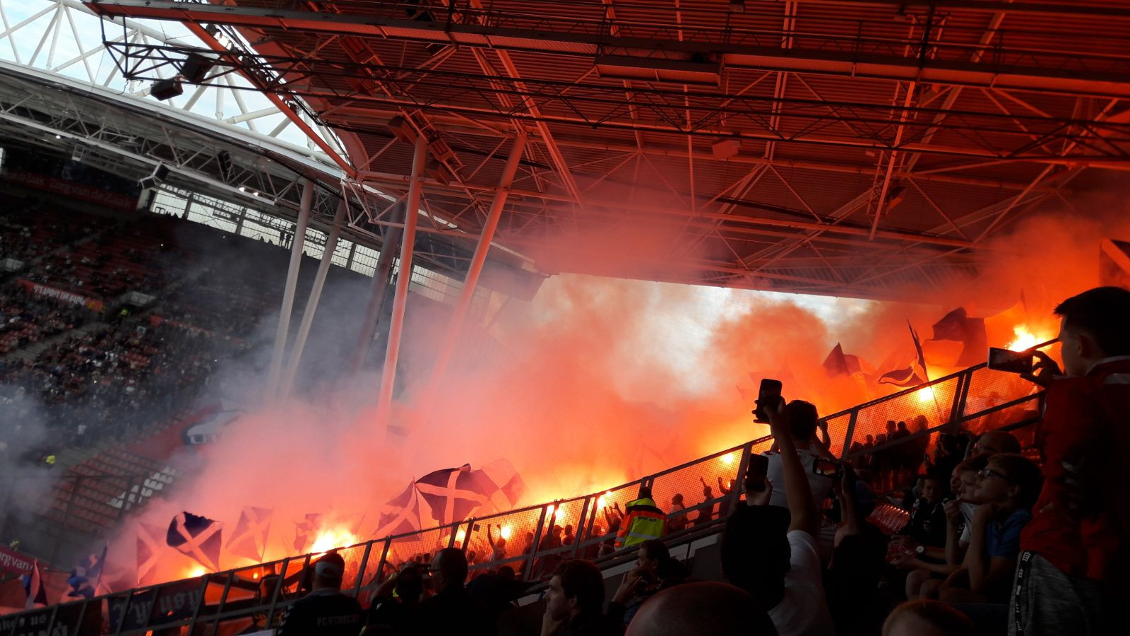 Vuurwerk tijdens de wedstrijd FC Utrecht - Poznan in 2017