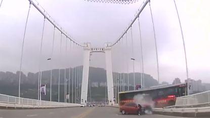 Ruzie met passagier loopt fataal af: videobeelden tonen moment van dodelijke buscrash in China