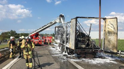 Oplegger van vrachtwagen brandt uit