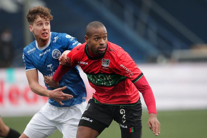 Frank Sturing (links) in duel met  Rangelo Janga in de thuiswedstrijd van FC Den Bosch tegen NEC (2-2).