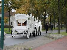 Witte koets en limousines brengen slachtoffer van drugslab in Kaatsheuvel naar kerkhof