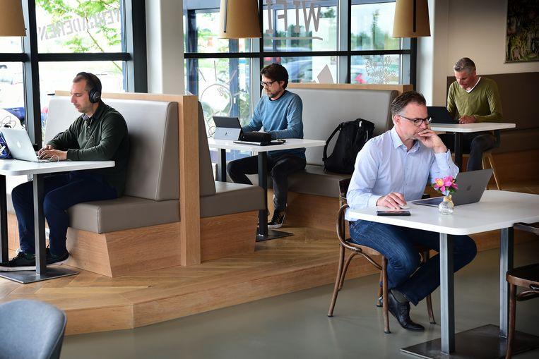 Flexwerkers bij flexplek HNK in Den Bosch. Beeld Marcel van den Bergh