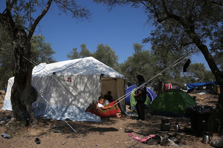 Een gezin in een nieuw kamp op Lesbos. Beeld Hollandse Hoogte / EPA
