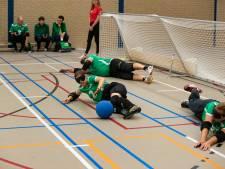 Blinde goalballers uit heel Europa sporten samen 'in stilte' op Urk