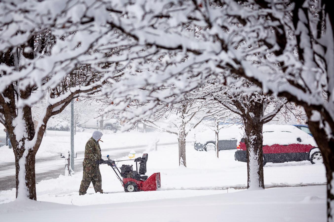 Door de enorme sneeuwval zijn de wegen in het midden van de Verenigde Staten onveilig geworden.