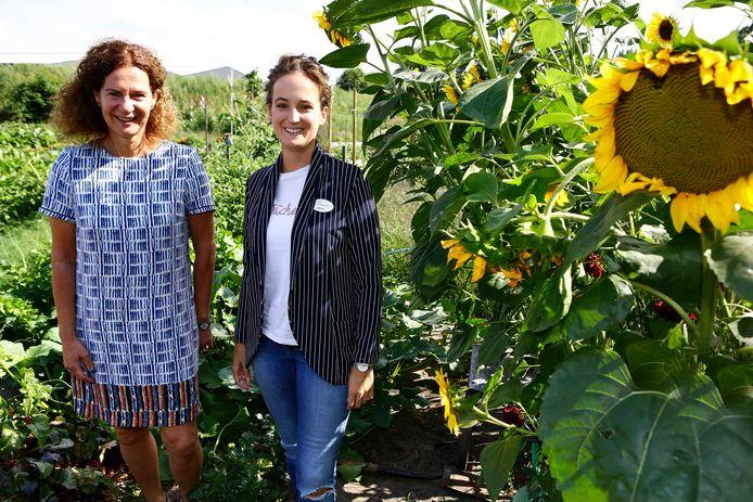 Angela Rokven (links) en Denise Jongbloed in de moestuin van de Vossenberg in Kaatsheuvel, die ook een belangrijke rol speelt bij het welzijn van de bewoners én van de omringende wijk.
