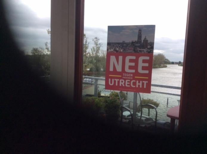 In Meerkerk en Lexmond hangen inwoners posters voor de ramen als protest tegen indeling bij de provincie Utrecht.