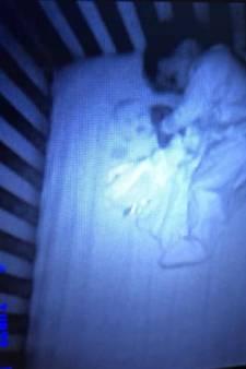 Une mère de famille voit un fantôme à côté de son bébé endormi