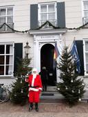 Kerstman bij het raadhuis in Ravenstein, waar het Toeristisch Informatiecentrum Ravenstein gevestigd is.