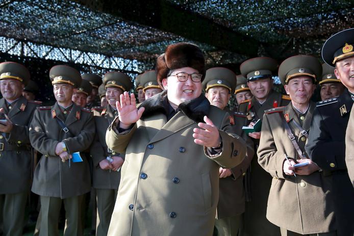 Dictator Kim Jong-un met zijn legertop tijdens een militaire show. De corpulente Kim wil dat de internationale sancties tegen zijn regime worden opgeheven omdat zijn volk honger lijdt.