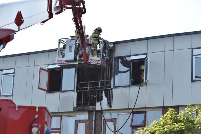 De brandweer zette een hoogwerker in om bij het vuur te komen.