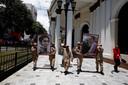 Pro-regeringsmilities paraderen met afbeeldingen van voormalig president Hugo Chavez en nationale held Simon Bolivar.