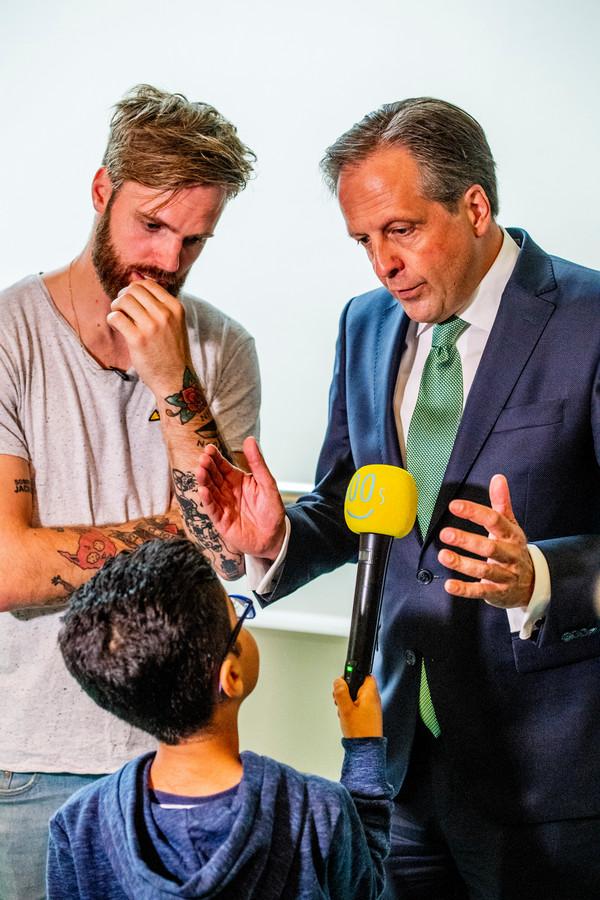 Alexander pechtold met een kleine Afghaanse uitgeproceerdeerde asielzoeker jongen tijdens het vragenuurtje.