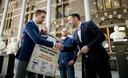 Jan van de Ven bood Michel Rog (CDA) in april een petitie aan voor hogere lerarenlonen. Begin oktober trokken docenten naar Den Haag om hun stem te laten horen (foto boven).