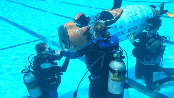 Bezoekers van de watersportbeurs Hiswa kunnen het opnemen met een hometrainer tegen een mens aangedreven onderzeeër van studenten van de TU Delft.