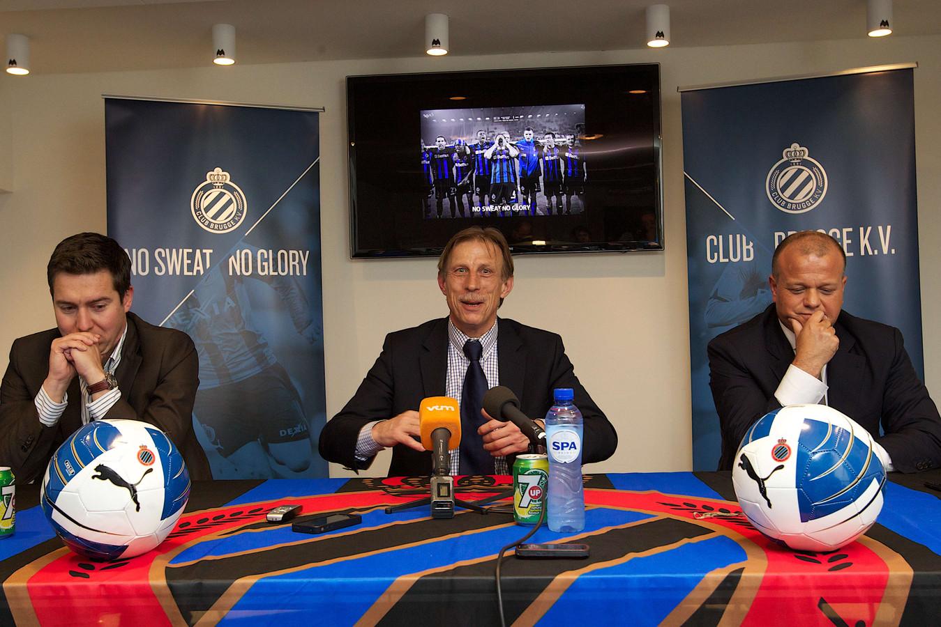 Daum charmeert zijn toehoorders tijdens zijn presentatie bij Club Brugge in 2011, met naast hem algemeen directeur Vincent Mannaert (links) en voorzitter Bart Verhaeghe (rechts).