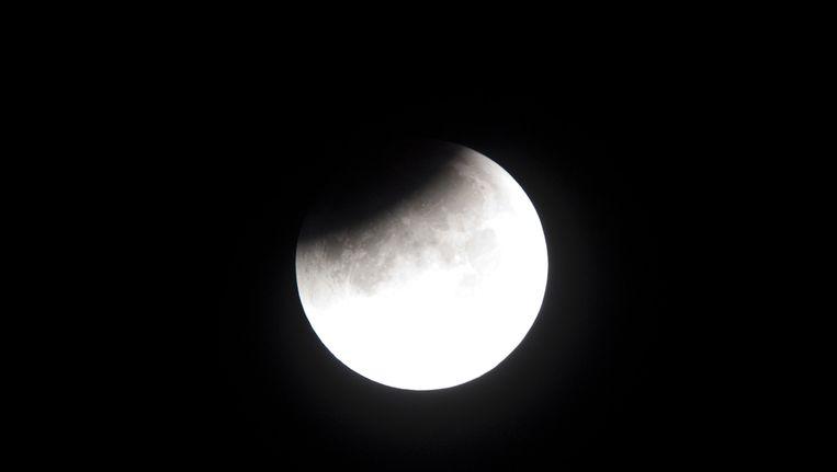 De maan is aan het begin van de avond goed te zien Beeld anp