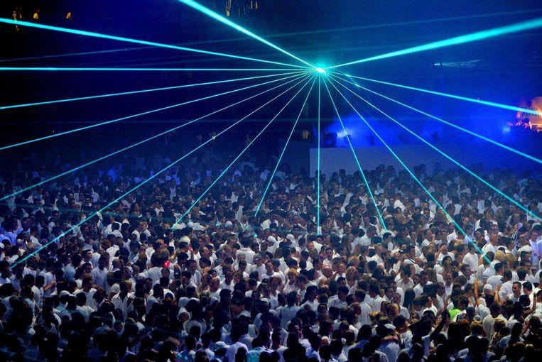 Sensation 2003: de bezoekers volgen de dresscode en zijn geheel in het wit gekleed.