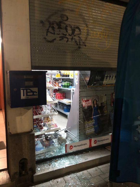Het raam van de krantenwinkel werd vernield tijdens de inbraak.
