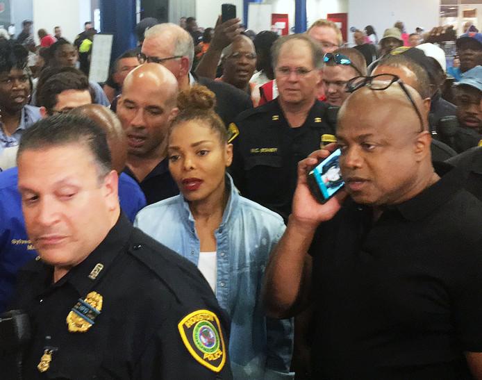 Zangeres Janet Jackson bezoekt met haar broer Randy Jackson een opvang voor slachtoffers van orkaan Harvey.