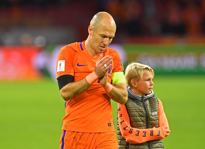 Robben loopt na de wedstrijd een ererondje met zijn zoontje.