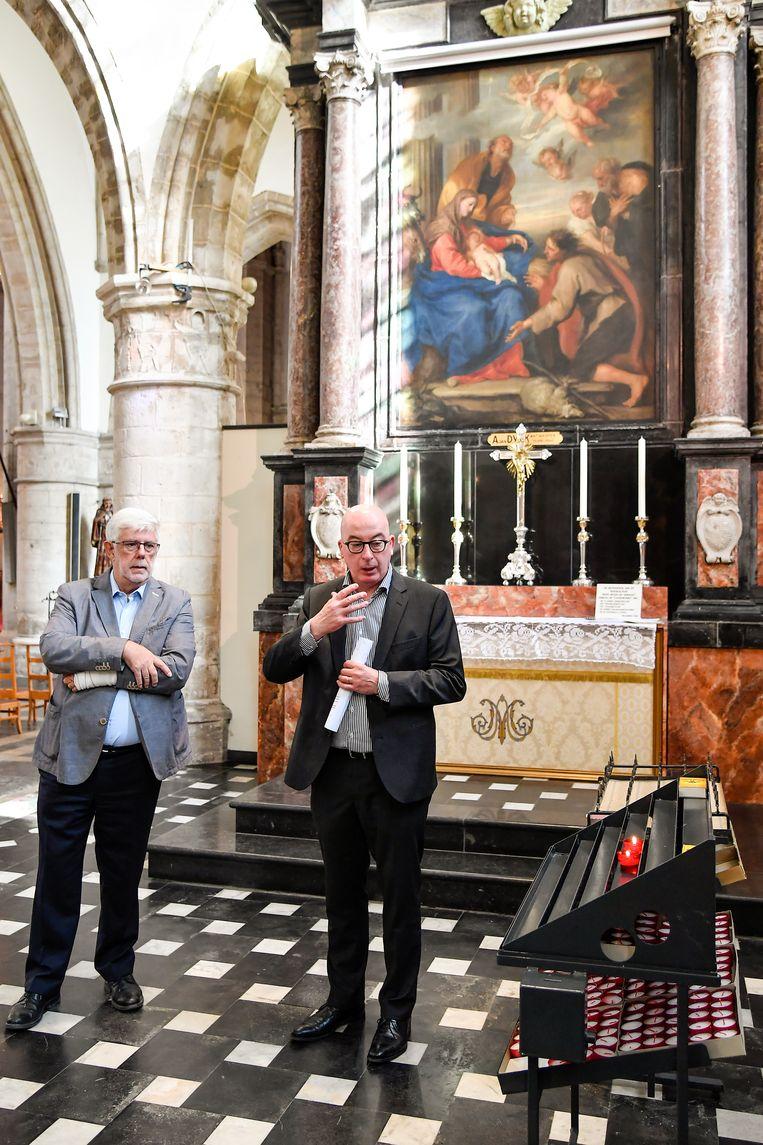 Voorzitter van de kerkfabriek Etienne Van Hecke en burgemeester Piet Buyse zijn opgetogen met de nakende restauratie van het monumentale schilderij.