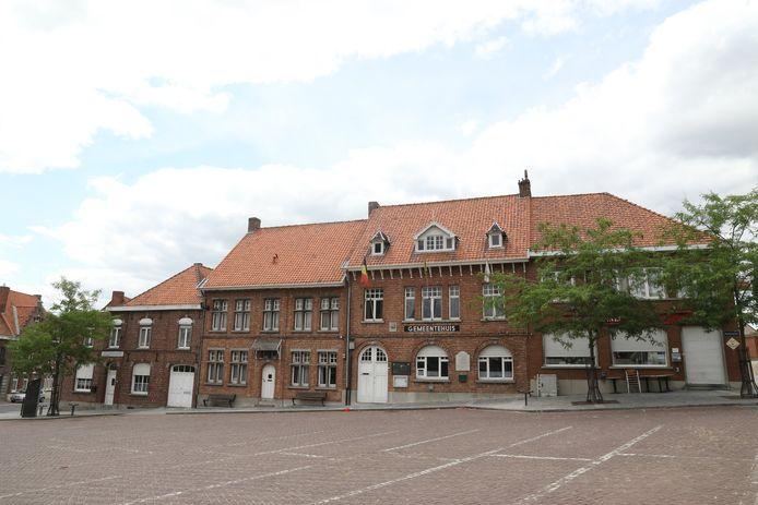 Het lokaal bestuur wil de panden op de foto links van het gemeentehuis verkopen
