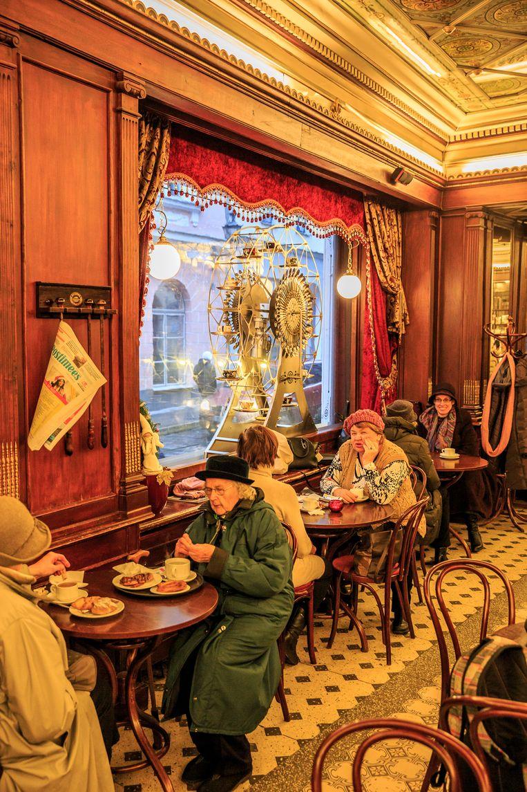 Bij Koffiehuis Maiasmokk in Tallinn geniet de oude generatie van een ouderwetse kop koffie.  Beeld Ruben Drenth