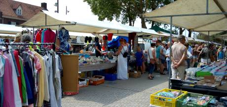 Kunst van het verkopen afkijken bij elkaar tijdens zonnige koopjesmarkt in Drunen