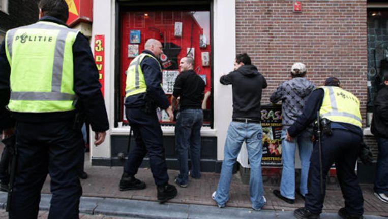 In het centrum fouilleert de politie geregeld preventief om voetbalrellen te voorkomen. Foto ANP Beeld