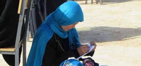 Vrouw troost huilende baby tijdens zwaar examen en gaat viraal