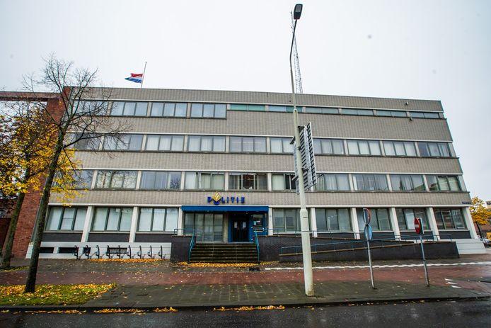 De vlag halfstok op het politiebureau in Helmond, na een ongeval waarbij een agent om het leven kwam.